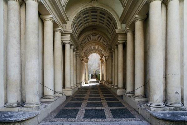 L'androne di ingresso a Palazzo Spada, sede del Consiglio di Stato - foto di Livioandronico2013  (bit.ly/2RYTQEc - CC BY-SA 4.0)