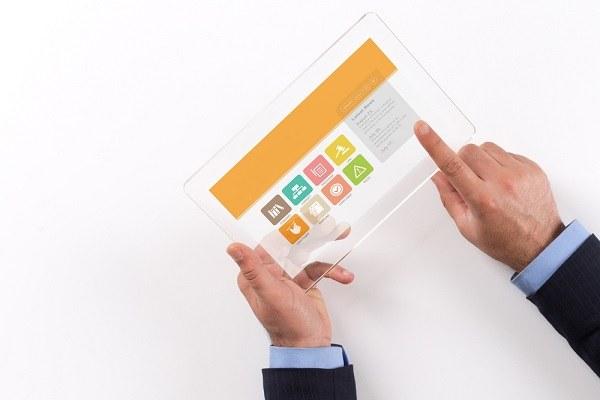 Immagine di due mani che usano un tablet