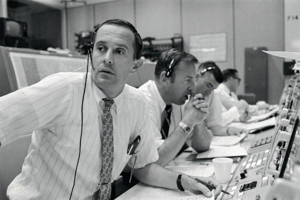 Tecnici NASA in contatto con l'equipaggio dell'Apollo 11 durante le manovre di allunaggio, il  20 luglio 1969 - foto della NASA (go.nasa.gov/2BQTJ3M - pubblico dominio)
