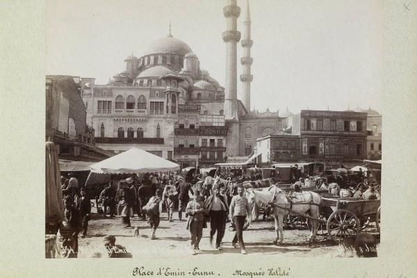 Istanbul, Piazza Eminou - foto della  Pierre de Gigord Collection custodita dal Getty Research Institute