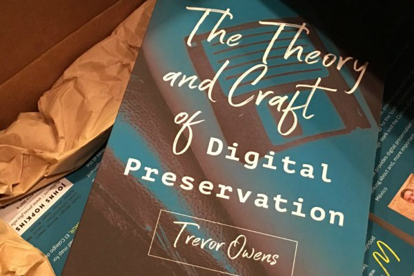 "Trevor Owens, ""The Theory and Craft of Digital Preservation"" - foto dal profilo Twitter di Trevor Owens (@tjowens)"